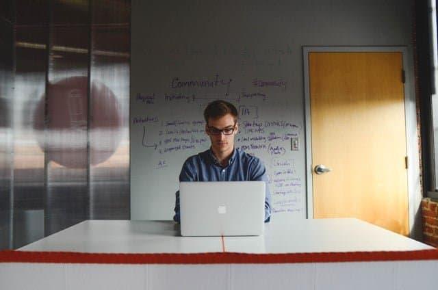 Trabajar con un asistente virtual