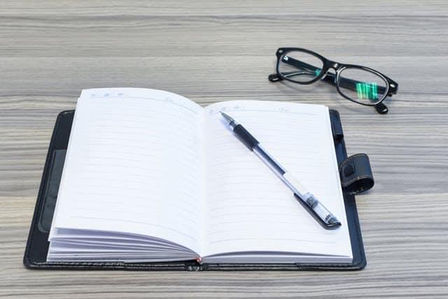 Agenda y gafas
