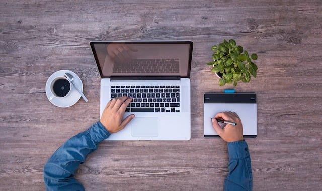 laptop-trabajando-cafe